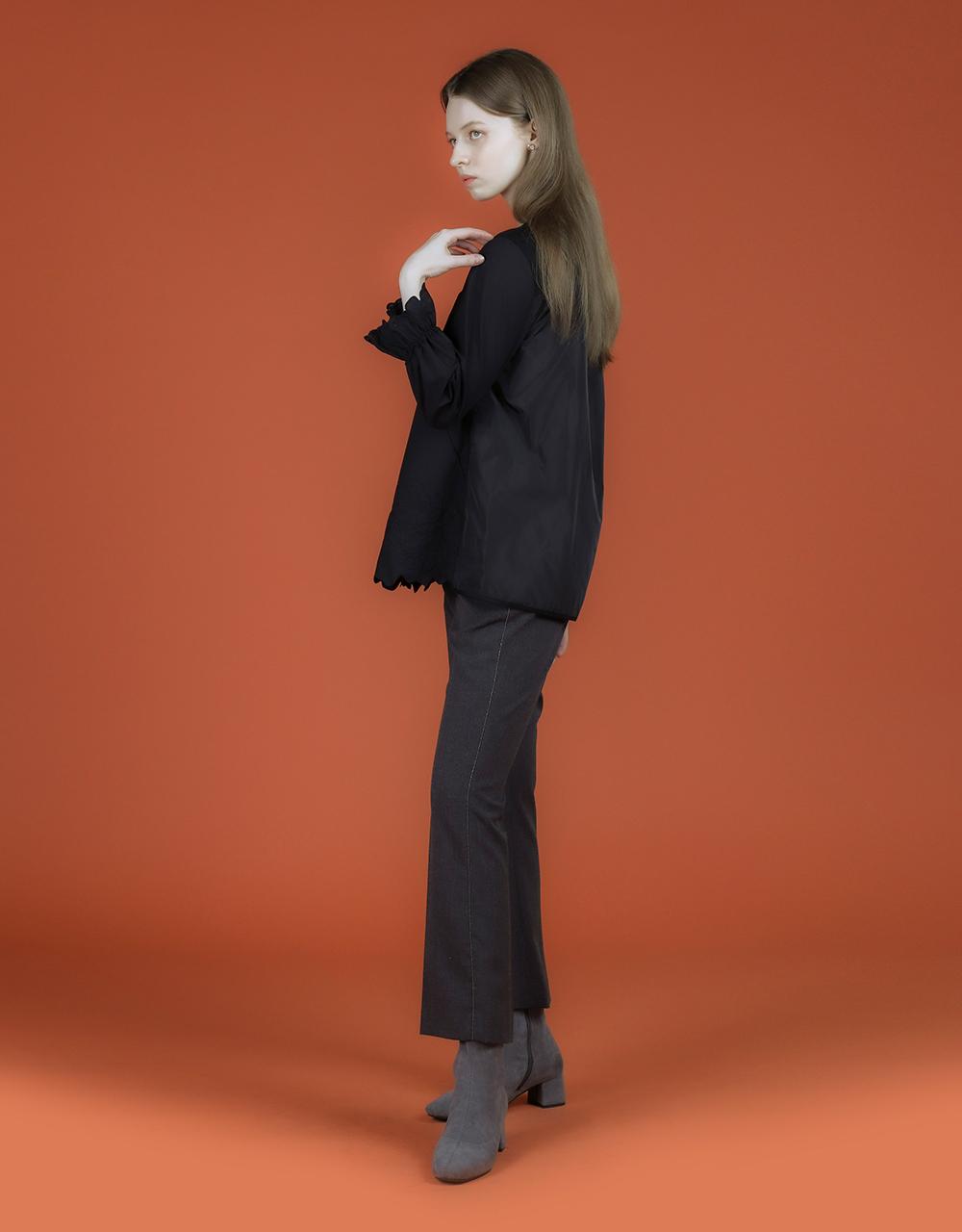 블라우스 모델 착용 이미지-S1L4