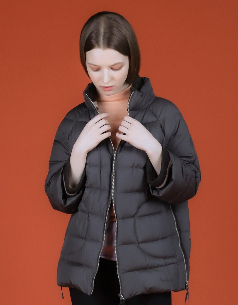 패딩 모델 착용 이미지-S1L11